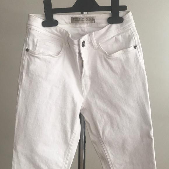 White skinny mid rise denim pants.